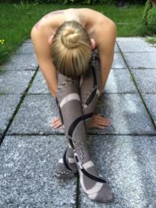 Ballerina in selbstgenähten Strumpfhosen